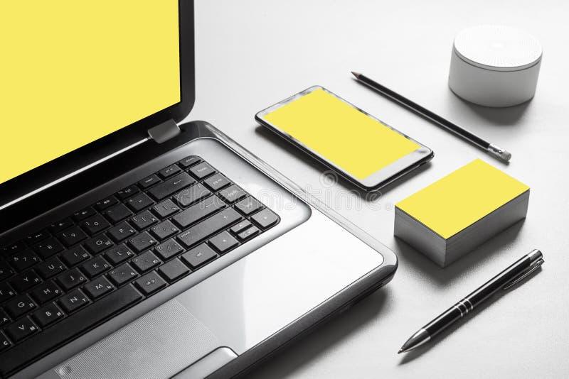 Σύγχρονος χώρος εργασίας Minimalistic με τις οθόνες blanc στοκ εικόνες