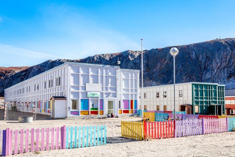 Σύγχρονος greenlandic παιδικός σταθμός με την παιδική χαρά και το ζωηρόχρωμο βάλτο στοκ εικόνες