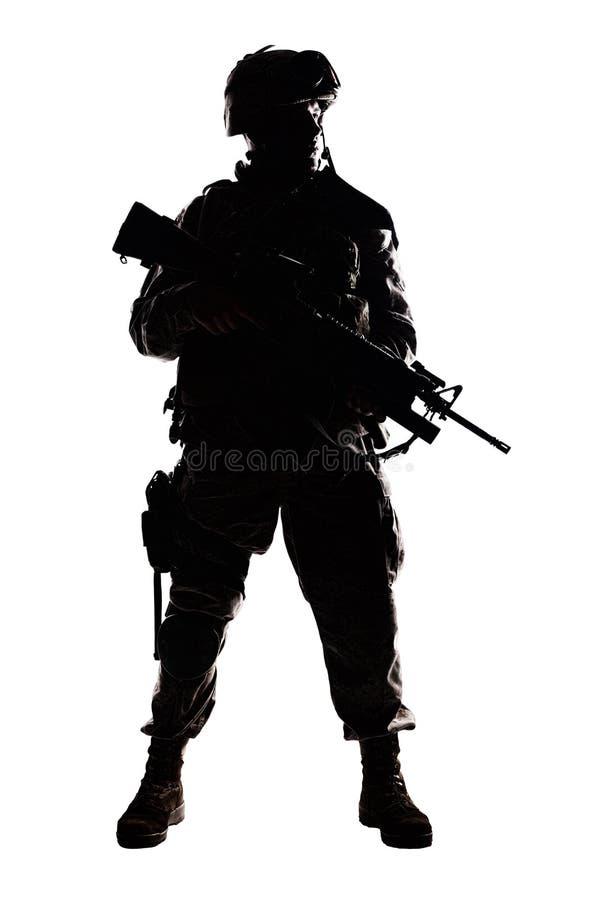 Σύγχρονος infantryman στρατού συγκρατημένος βλαστός στούντιο στοκ φωτογραφίες με δικαίωμα ελεύθερης χρήσης
