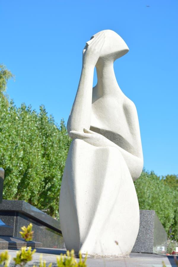 Σύγχρονο άσπρο γλυπτό μιας γυναίκας κλαμένης στοκ εικόνα με δικαίωμα ελεύθερης χρήσης