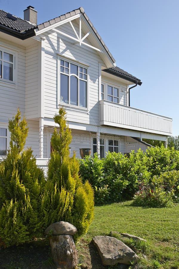 Σύγχρονο άσπρο ξύλινο σπίτι στη Νορβηγία στοκ εικόνες με δικαίωμα ελεύθερης χρήσης