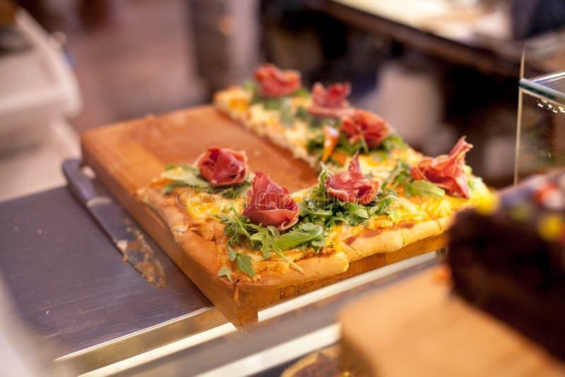 Σύγχρονο αρτοποιείο με τα διαφορετικά είδη κέικ και κουλουριών Η νόστιμη πίτα με το hamon, το τυρί και το rukola παρουσιάζουν στη στοκ φωτογραφίες