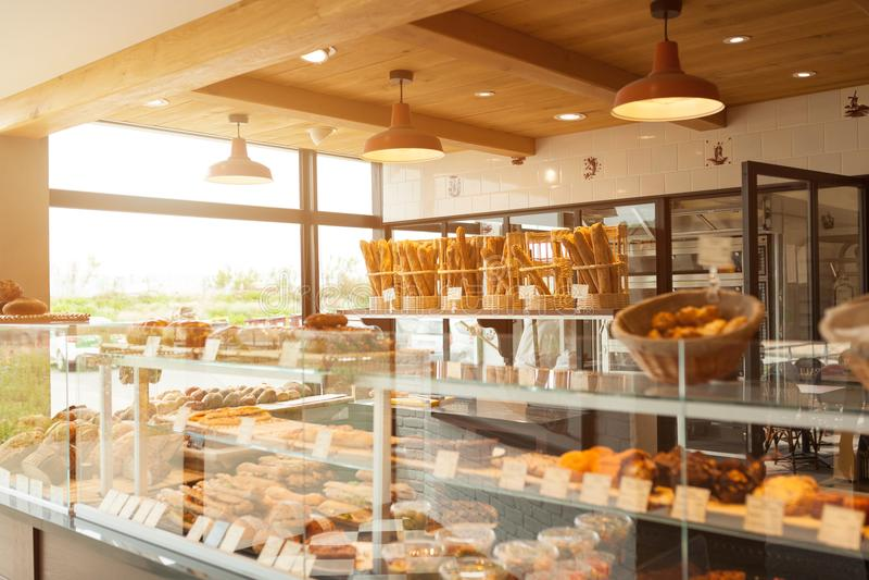 Σύγχρονο αρτοποιείο του Brest, Γαλλία στις 28 Μαΐου 2018 με τα διαφορετικά είδη ψωμιού, κέικ και κουλουριών στοκ φωτογραφίες με δικαίωμα ελεύθερης χρήσης