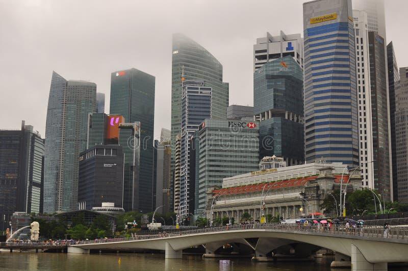 Σύγχρονο αρχιτεκτονικό σχέδιο στην υψηλή οικοδόμηση ανόδου της Σιγκαπούρης του οικονομικού και του εμπορικού κέντρου στοκ φωτογραφίες με δικαίωμα ελεύθερης χρήσης