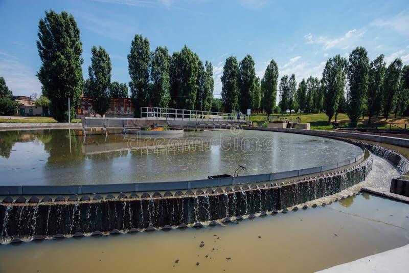 Σύγχρονο αστικό εργοστάσιο επεξεργασίας λυμάτων Βρώμικο νερό αποβλήτων που ρέει στη δεξαμενή ιζηματογένεσης στοκ φωτογραφία