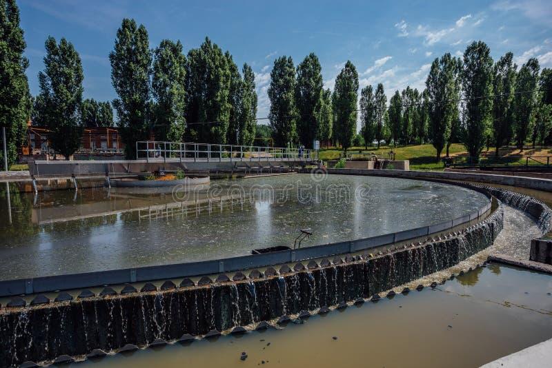 Σύγχρονο αστικό εργοστάσιο επεξεργασίας λυμάτων Βρώμικο νερό αποβλήτων που ρέει στη δεξαμενή ιζηματογένεσης στοκ φωτογραφία με δικαίωμα ελεύθερης χρήσης