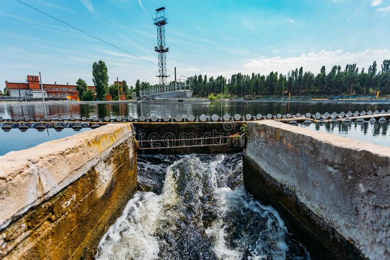 Σύγχρονο αστικό εργοστάσιο επεξεργασίας λυμάτων Καθαρισμένο νερό που ρέει από τη δεξαμενή ιζηματογένεσης στοκ εικόνα με δικαίωμα ελεύθερης χρήσης