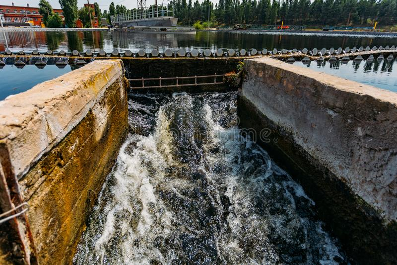 Σύγχρονο αστικό εργοστάσιο επεξεργασίας λυμάτων Καθαρισμένο νερό που ρέει από τη δεξαμενή ιζηματογένεσης στοκ φωτογραφίες με δικαίωμα ελεύθερης χρήσης