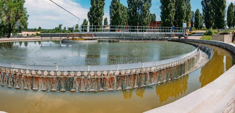 Σύγχρονο αστικό εργοστάσιο επεξεργασίας λυμάτων Νερό που ρέει στη στρογγυλή δεξαμενή ιζηματογένεσης στοκ φωτογραφία