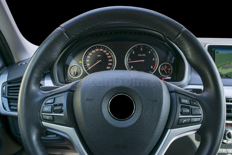 Σύγχρονο αυτοκίνητο πολυτέλειας μέσα Εσωτερικό του σύγχρονου αυτοκινήτου γοήτρου Μαύρο διατρυπημένο πιλοτήριο δέρματος τιμόνι και στοκ φωτογραφίες με δικαίωμα ελεύθερης χρήσης