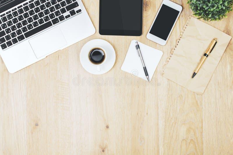 Σύγχρονο γραφείο γραφείων με τις κενές συσκευές στοκ εικόνες