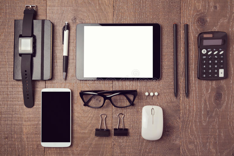 Σύγχρονο γραφείο γραφείων με τις συσκευές επάνω από την όψη στοκ φωτογραφία με δικαίωμα ελεύθερης χρήσης
