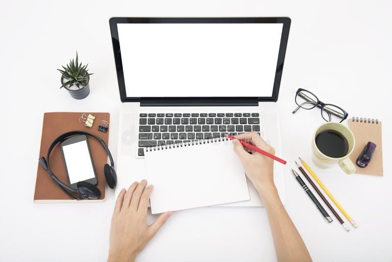 Σύγχρονο γραφείο γραφείων με τον υπολογιστή, σημειωματάριο, κάσκα, βιβλίο εγγράφου στοκ φωτογραφία με δικαίωμα ελεύθερης χρήσης