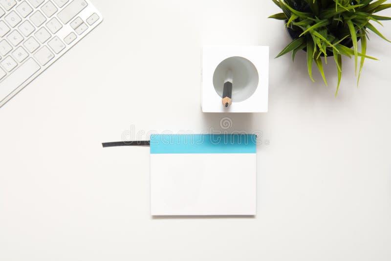 Σύγχρονο γραφείο χώρου εργασίας για τη δημιουργικά σκέψη και το σχέδιο στοκ φωτογραφία με δικαίωμα ελεύθερης χρήσης