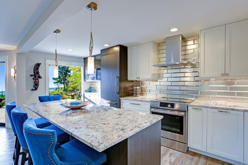 Σύγχρονο δωμάτιο κουζινών σε ένα σπίτι condo στοκ φωτογραφία