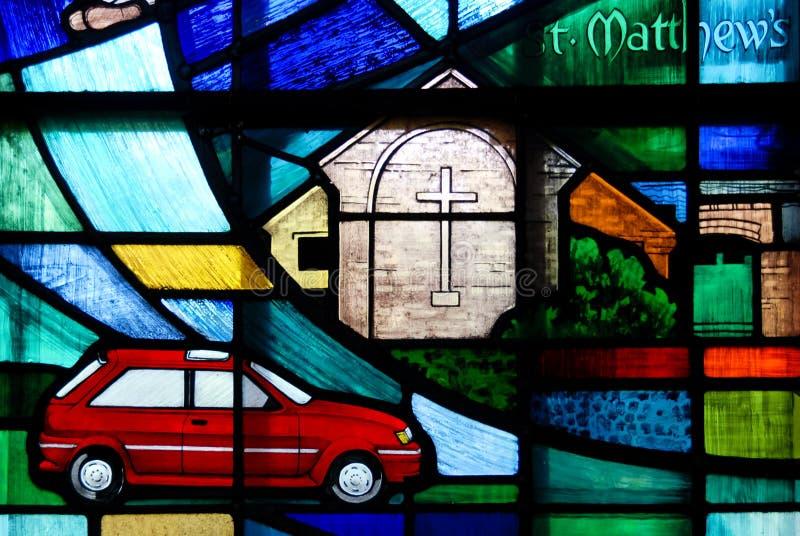 Σύγχρονο λεκιασμένο γυαλί που χαρακτηρίζει ένα αυτοκίνητο στοκ εικόνες