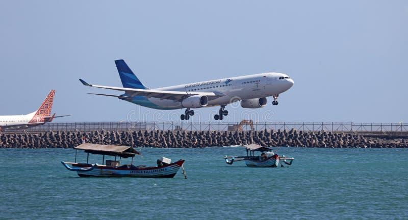 Σύγχρονο εμπορικό αεροπλάνο που προσγειώνεται ή που παίρνει από τον αερολιμένα στοκ εικόνα