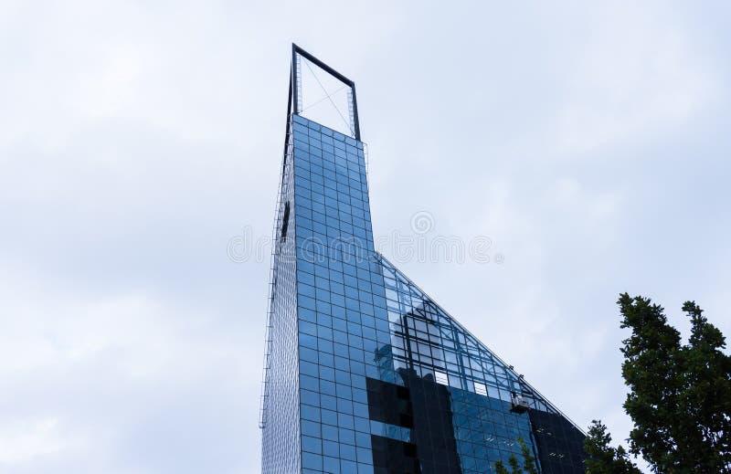Σύγχρονο επιχειρησιακό κτήριο στο Ταλίν ουρανοξύστης στην πόλη στοκ εικόνες