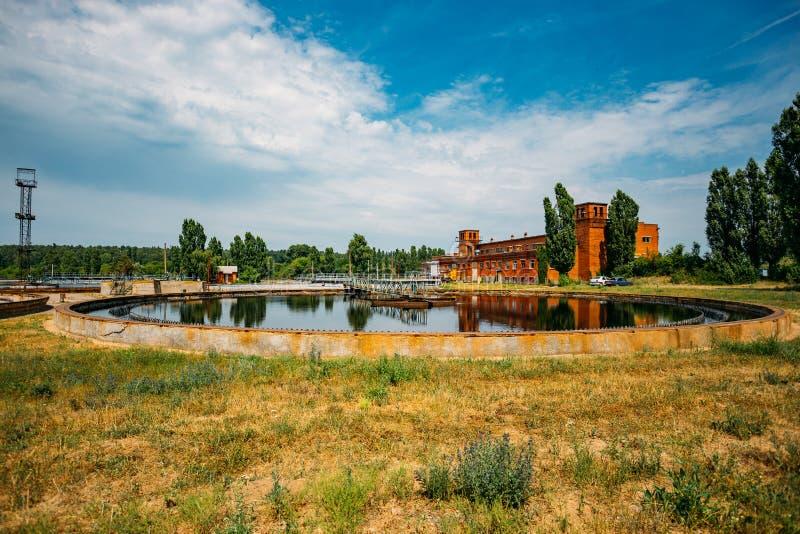 Σύγχρονο εργοστάσιο επεξεργασίας λυμάτων Δεξαμενή ιζηματογένεσης γύρω από τη μορφή στοκ φωτογραφίες με δικαίωμα ελεύθερης χρήσης