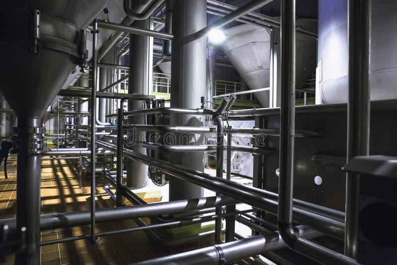 Σύγχρονο εργοστάσιο μπύρας, έννοια ζυθοποιείων Δεξαμενές χάλυβα για την παραγωγή μπύρας ανασκόπηση βιομηχανική στοκ εικόνες με δικαίωμα ελεύθερης χρήσης