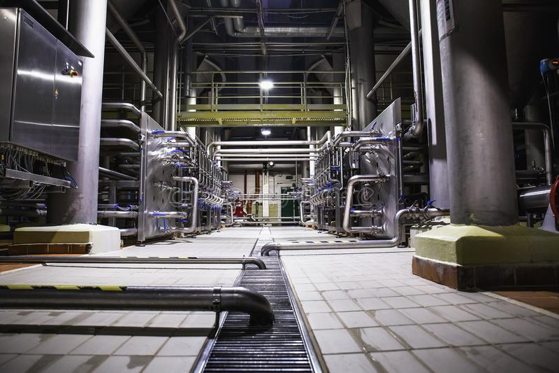 Σύγχρονο εργοστάσιο μπύρας, έννοια ζυθοποιείων Δεξαμενές χάλυβα για την παραγωγή μπύρας ανασκόπηση βιομηχανική στοκ φωτογραφία