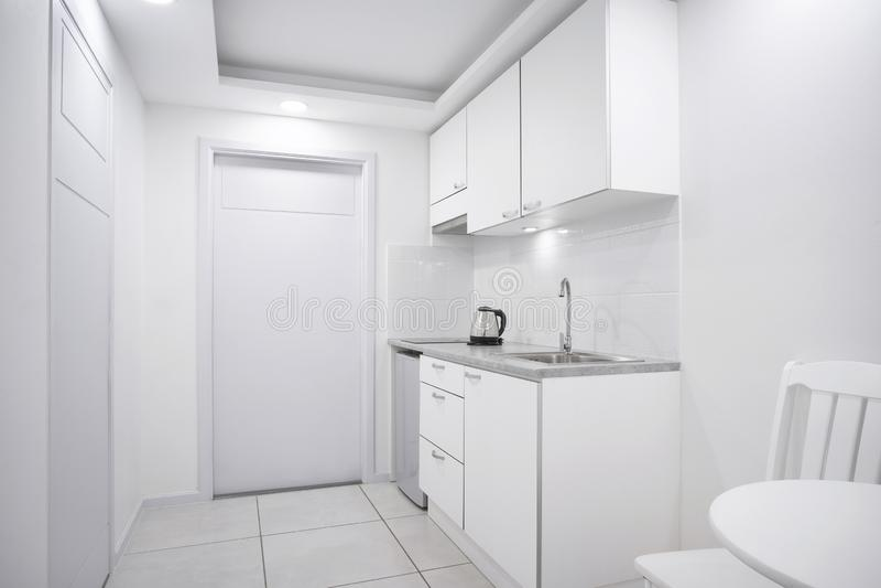 Σύγχρονο εσωτερικό άσπρο δωμάτιο κουζινών με την ενσωματωμένη προθήκη προτύπων επίπλων για το δωμάτιο ξενοδοχείου μπουτίκ στοκ φωτογραφίες
