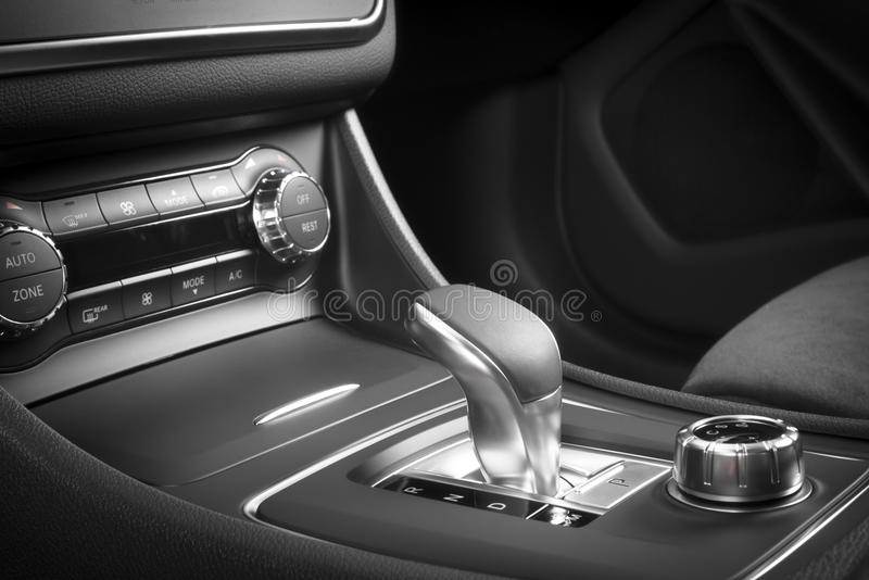 Σύγχρονο εσωτερικό δέρματος σπορ αυτοκίνητο κόκκινο στοκ εικόνες