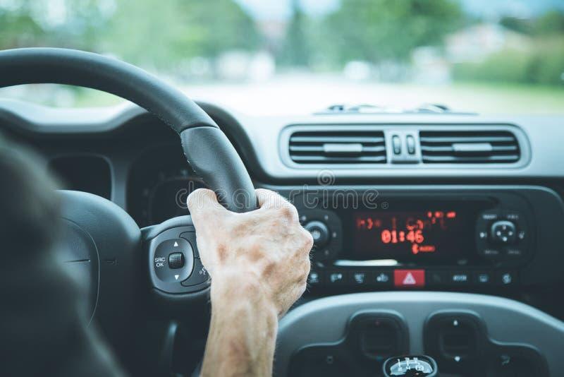 Σύγχρονο εσωτερικό αυτοκινήτων: Αρσενικά χέρια σε ένα τιμόνι αθλητικών αυτοκινήτων στοκ φωτογραφίες με δικαίωμα ελεύθερης χρήσης