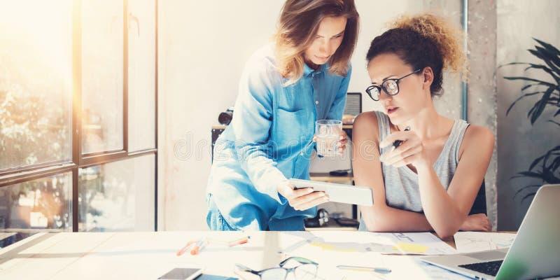 Σύγχρονο εσωτερικό γραφείο σοφιτών διαδικασίας εργασίας ομάδας συναδέλφων Δημιουργικοί παραγωγοί που λαμβάνουν τις μεγάλες αποφάσ στοκ φωτογραφία με δικαίωμα ελεύθερης χρήσης