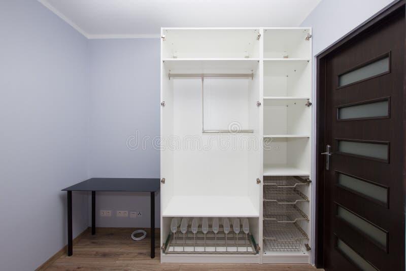 Σύγχρονο εσωτερικό διαμερισμάτων με τη epty ντουλάπα στοκ εικόνες
