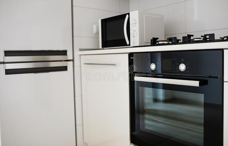 Σύγχρονο εσωτερικό κουζινών με τον ηλεκτρικό και φούρνο μικροκυμάτων στοκ εικόνες με δικαίωμα ελεύθερης χρήσης