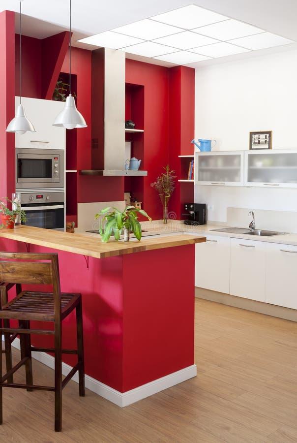 Σύγχρονο εσωτερικό κουζινών με το φραγμό στοκ φωτογραφία με δικαίωμα ελεύθερης χρήσης