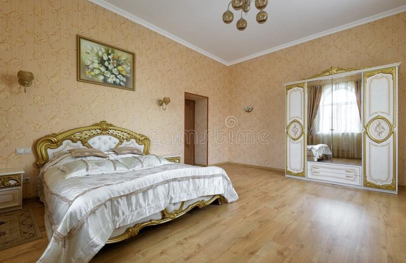 Σύγχρονο εσωτερικό κρεβατοκάμαρων στα θερμά χρώματα στοκ εικόνα με δικαίωμα ελεύθερης χρήσης