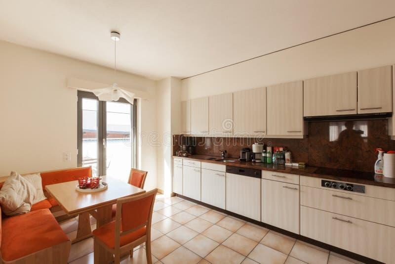 Σύγχρονο εσωτερικό σπιτιών, κουζίνα στοκ εικόνα