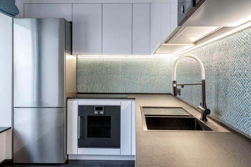 Σύγχρονο εσωτερικό της κουζίνας με το φωτισμό στοκ φωτογραφίες με δικαίωμα ελεύθερης χρήσης