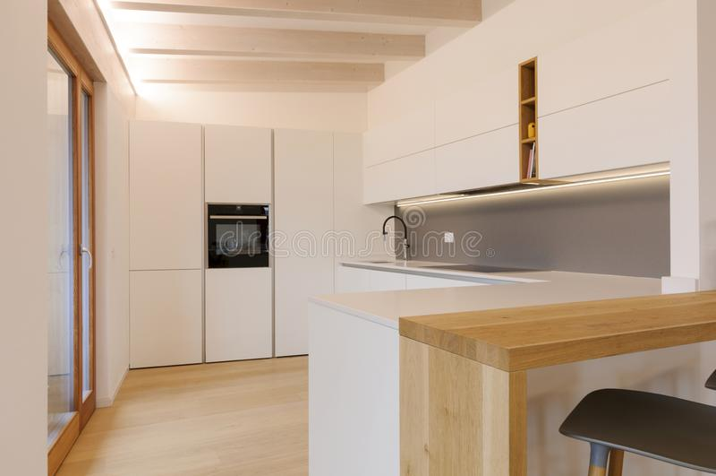 Σύγχρονο εσωτερικό της λευκής κουζίνας στοκ φωτογραφία