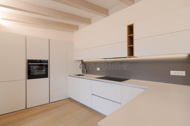Σύγχρονο εσωτερικό της λευκής κουζίνας στοκ εικόνες με δικαίωμα ελεύθερης χρήσης