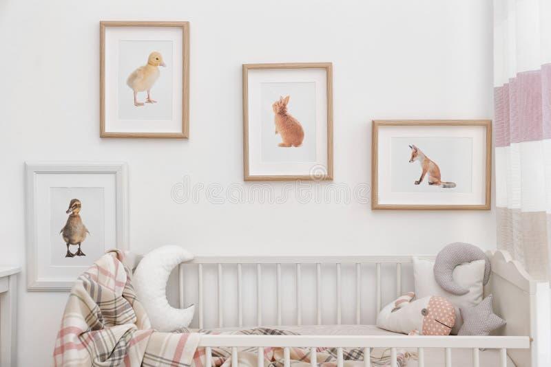 Σύγχρονο εσωτερικό του δωματίου παιδιών ` s με τις εικόνες στοκ φωτογραφίες