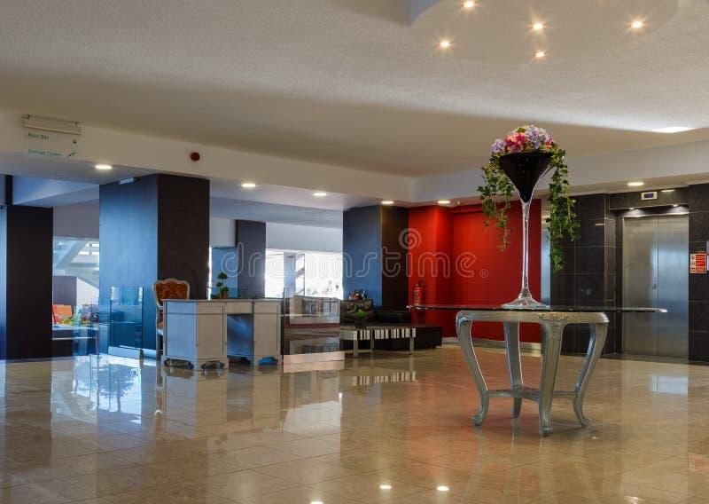 Σύγχρονο εσωτερικό του ξενοδοχείου πολυτελείας, της αίθουσας και του ανελκυστήρα στοκ εικόνες