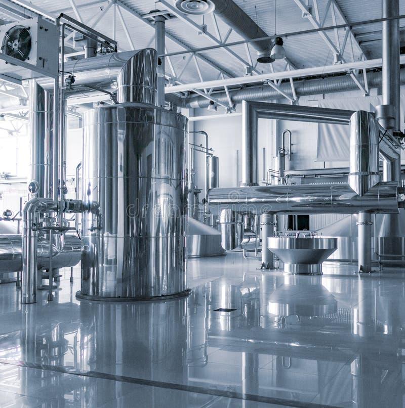 Σύγχρονο εσωτερικό των εμπορευματοκιβωτίων ζυθοποιείων πολτοποίησης δεξαμενών μετάλλων στοκ φωτογραφία με δικαίωμα ελεύθερης χρήσης