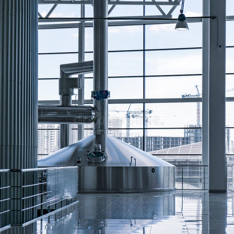 Σύγχρονο εσωτερικό των εμπορευματοκιβωτίων ζυθοποιείων πολτοποίησης δεξαμενών μετάλλων στοκ εικόνες με δικαίωμα ελεύθερης χρήσης