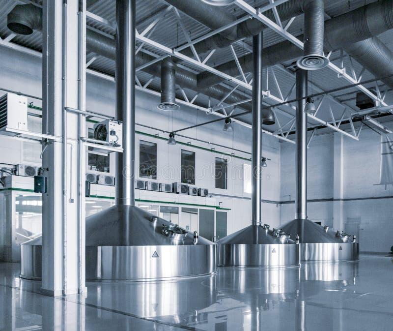 Σύγχρονο εσωτερικό των εμπορευματοκιβωτίων ζυθοποιείων πολτοποίησης δεξαμενών μετάλλων στοκ φωτογραφία