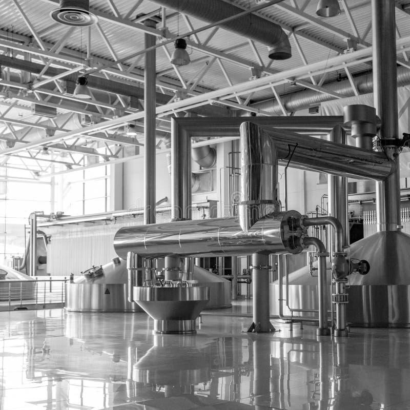 Σύγχρονο εσωτερικό των εμπορευματοκιβωτίων ζυθοποιείων πολτοποίησης δεξαμενών μετάλλων στοκ φωτογραφίες με δικαίωμα ελεύθερης χρήσης