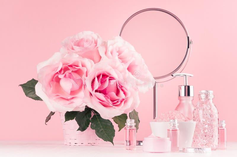 Σύγχρονο ευγενές κοριτσίστικο ντεκόρ λουτρών - καλλυντικά για το λουτρό, SPA, ανθοδέσμη των τριαντάφυλλων, στρογγυλός καθρέφτης,  στοκ εικόνα με δικαίωμα ελεύθερης χρήσης