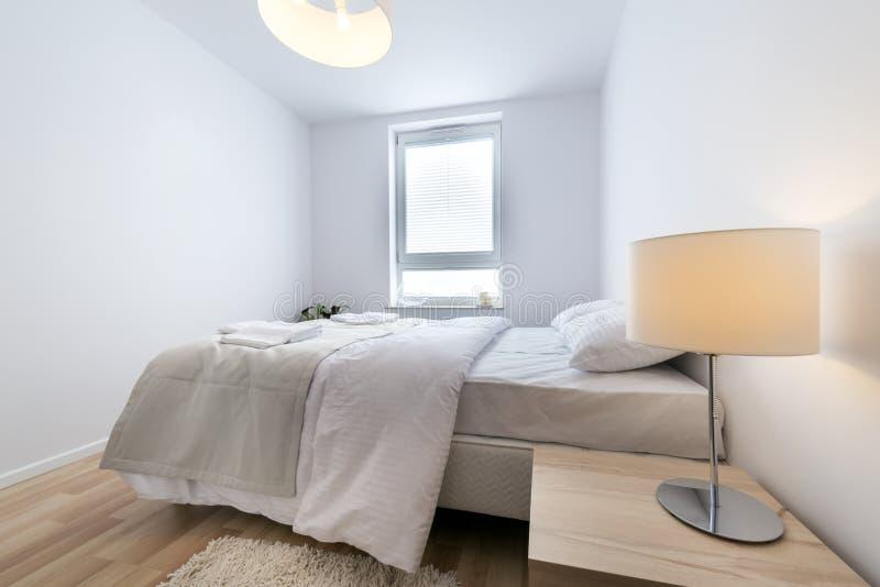 σύγχρονο λευκό κρεβατ&omicron στοκ φωτογραφία με δικαίωμα ελεύθερης χρήσης
