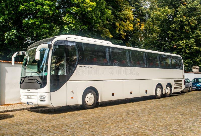 Σύγχρονο λεωφορείο τουριστών στοκ φωτογραφία με δικαίωμα ελεύθερης χρήσης