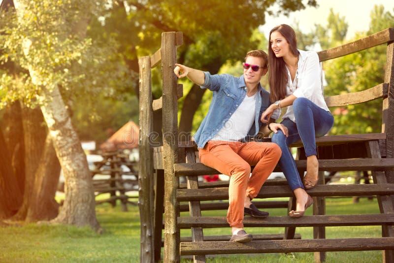 Σύγχρονο ζεύγος μόδας στο πάρκο στοκ εικόνες