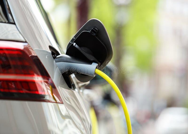 Σύγχρονο ηλεκτρικό αυτοκίνητο που χρεώνει με το καλώδιο τροφοδοσίας στοκ φωτογραφία με δικαίωμα ελεύθερης χρήσης