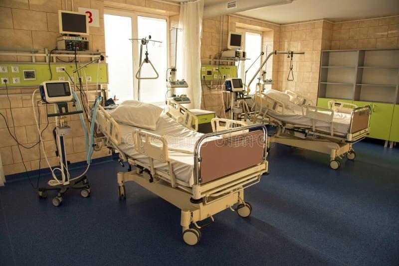 Σύγχρονο ιατρικό κρεβάτι και μια ειδική συσκευή στο σύγχρονο θάλαμο του Πε στοκ φωτογραφίες