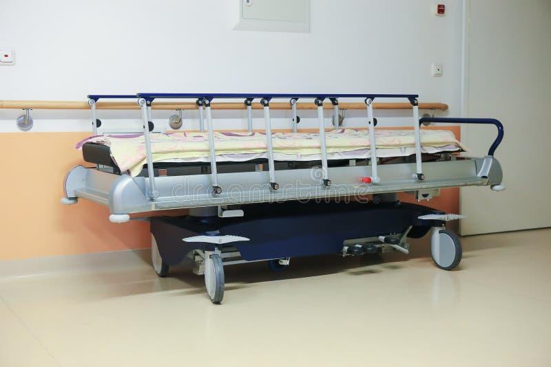 Σύγχρονο ιατρικό κρεβάτι στοκ εικόνες